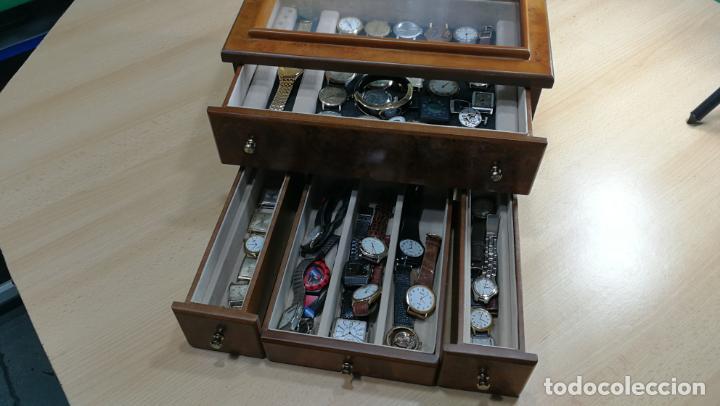 Relojes de pulsera: BOTITO MUEBLE VITRINA DE MADERA DE RAÍZ, MUY COMPACTO. REGALO LOS 45 RELOJES QUE HAY DENTRO - Foto 19 - 159451422