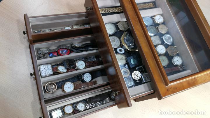 Relojes de pulsera: BOTITO MUEBLE VITRINA DE MADERA DE RAÍZ, MUY COMPACTO. REGALO LOS 45 RELOJES QUE HAY DENTRO - Foto 23 - 159451422