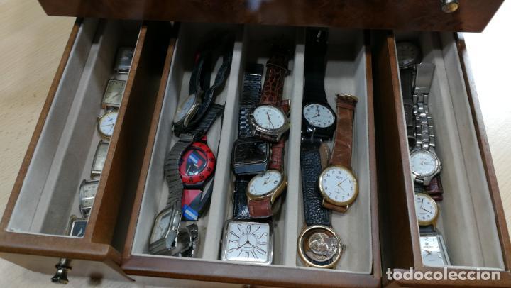 Relojes de pulsera: BOTITO MUEBLE VITRINA DE MADERA DE RAÍZ, MUY COMPACTO. REGALO LOS 45 RELOJES QUE HAY DENTRO - Foto 25 - 159451422