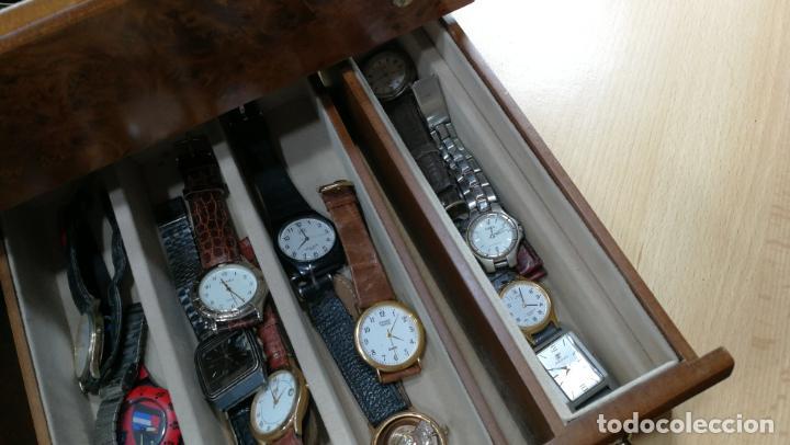 Relojes de pulsera: BOTITO MUEBLE VITRINA DE MADERA DE RAÍZ, MUY COMPACTO. REGALO LOS 45 RELOJES QUE HAY DENTRO - Foto 28 - 159451422