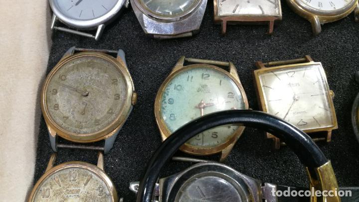 Relojes de pulsera: BOTITO MUEBLE VITRINA DE MADERA DE RAÍZ, MUY COMPACTO. REGALO LOS 45 RELOJES QUE HAY DENTRO - Foto 37 - 159451422