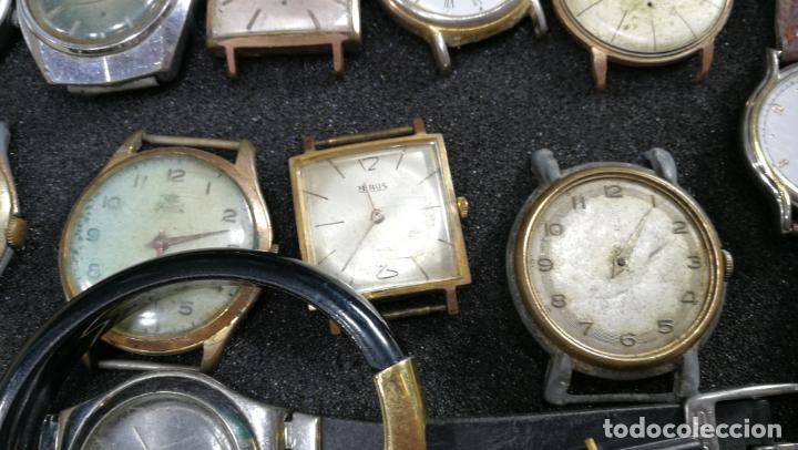 Relojes de pulsera: BOTITO MUEBLE VITRINA DE MADERA DE RAÍZ, MUY COMPACTO. REGALO LOS 45 RELOJES QUE HAY DENTRO - Foto 38 - 159451422