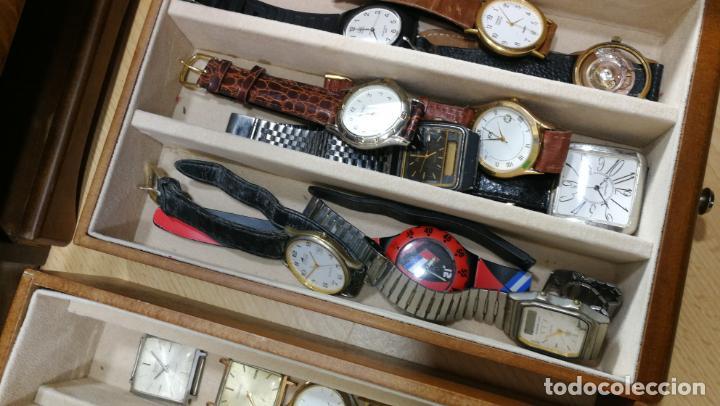 Relojes de pulsera: BOTITO MUEBLE VITRINA DE MADERA DE RAÍZ, MUY COMPACTO. REGALO LOS 45 RELOJES QUE HAY DENTRO - Foto 75 - 159451422