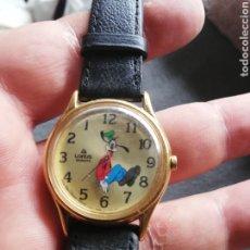Relojes de pulsera: RELOJ DE PLUTO CON MARCAJE DE LA HORA AL CONTRARIO DEL SENTIDO NORMAL DEL RELOJ.. CURIOSO. Lote 221166833