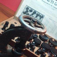 Herramientas de relojes: JUEGO DE TASES Y PRENSA ANTIGUOS PARA PONER TAPADERAS A LOS RELOJES. Lote 53390835