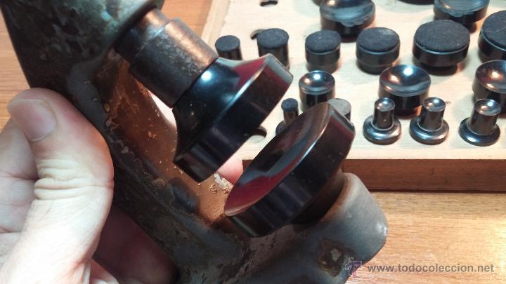 Herramientas de relojes: Juego de tases y prensa antiguos para poner tapaderas a los relojes - Foto 7 - 53390835