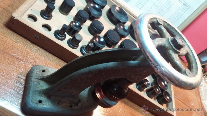 Herramientas de relojes: Juego de tases y prensa antiguos para poner tapaderas a los relojes - Foto 9 - 53390835
