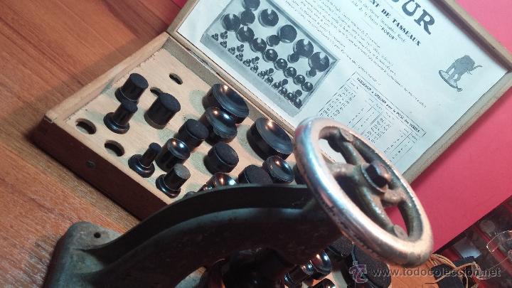 Herramientas de relojes: Juego de tases y prensa antiguos para poner tapaderas a los relojes - Foto 10 - 53390835