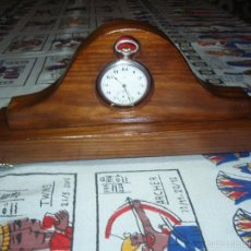 Herramientas de relojes: RELOJERA PORTA RELOJ DE BOLSILLO DE MADERA COLOR CLARA. Lote 133864090
