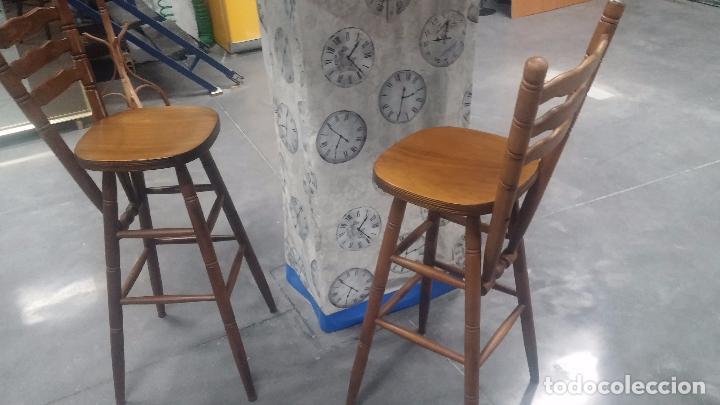 Herramientas de relojes: Dos taburetes con respaldo ideal para taller de relojero, de madera maciza en muy buen estado - Foto 15 - 101169899