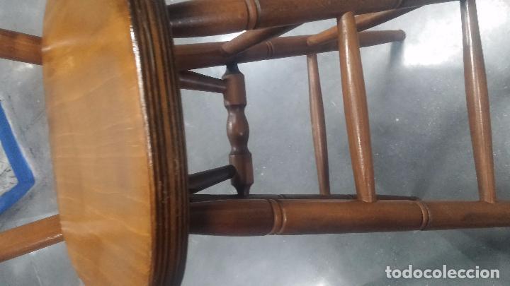 Herramientas de relojes: Dos taburetes con respaldo ideal para taller de relojero, de madera maciza en muy buen estado - Foto 19 - 101169899