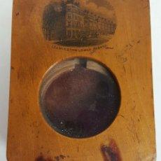 Herramientas de relojes: EXPOSITOR DE RELOJ DE BOLSILLO. MADERA. ESTAMPA DE LONDRES. SIGLO XIX-XX. . Lote 111756191