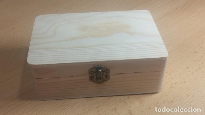 Herramientas de relojes: Botita caja de madera con más de 100 coronas de reloj y algunas fornituras para relojes de regalo - Foto 2 - 115585987