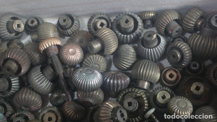 Herramientas de relojes: Botita caja de madera con más de 100 coronas de reloj y algunas fornituras para relojes de regalo - Foto 21 - 115585987