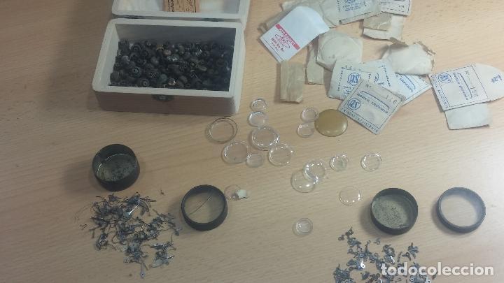 Herramientas de relojes: Botita caja de madera con más de 100 coronas de reloj y algunas fornituras para relojes de regalo - Foto 37 - 115585987