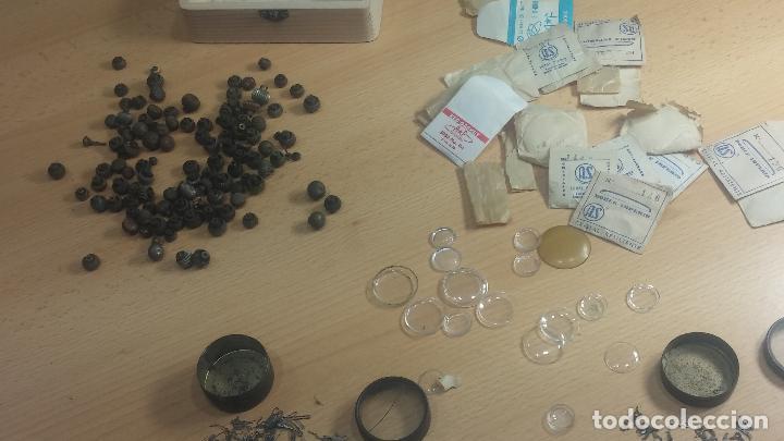 Herramientas de relojes: Botita caja de madera con más de 100 coronas de reloj y algunas fornituras para relojes de regalo - Foto 6 - 115585987
