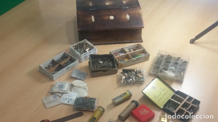 Herramientas de relojes: Botita caja relojera con gran cantidad de artículos para relojes antiguos - Foto 25 - 115590259
