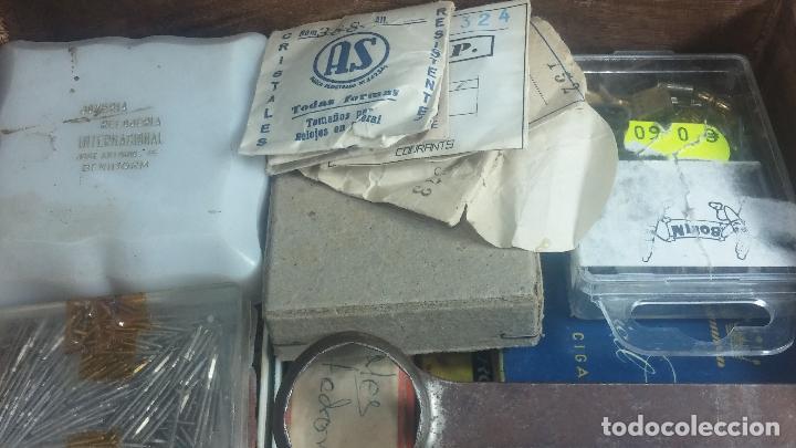 Herramientas de relojes: Botita caja relojera con gran cantidad de artículos para relojes antiguos - Foto 29 - 115590259