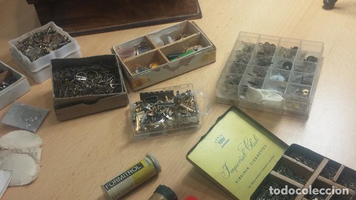 Herramientas de relojes: Botita caja relojera con gran cantidad de artículos para relojes antiguos - Foto 37 - 115590259