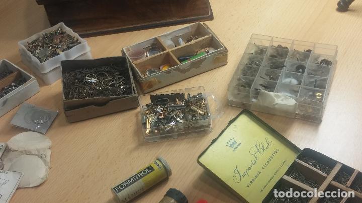 Herramientas de relojes: Botita caja relojera con gran cantidad de artículos para relojes antiguos - Foto 38 - 115590259