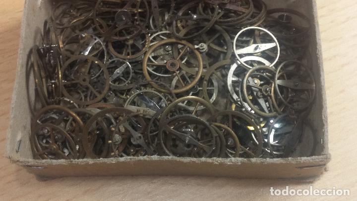 Herramientas de relojes: Botita caja relojera con gran cantidad de artículos para relojes antiguos - Foto 57 - 115590259