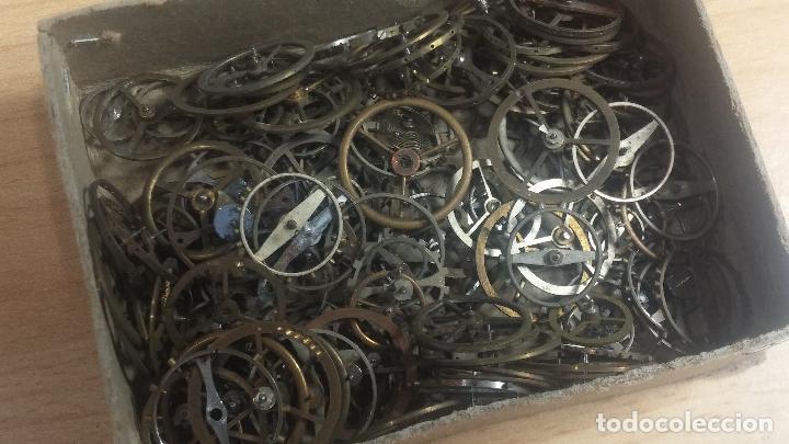 Herramientas de relojes: Botita caja relojera con gran cantidad de artículos para relojes antiguos - Foto 59 - 115590259