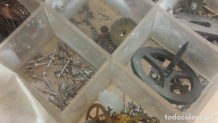 Herramientas de relojes: Botita caja relojera con gran cantidad de artículos para relojes antiguos - Foto 132 - 115590259