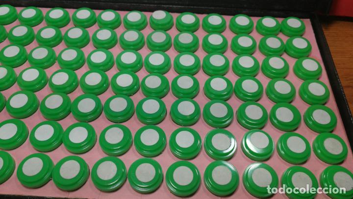 Herramientas de relojes: Antigua caja para clasificar repuestos de reloj o relojería, con gran cantidad de estuches capsulas - Foto 7 - 140593930