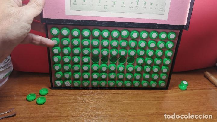 Herramientas de relojes: Antigua caja para clasificar repuestos de reloj o relojería, con gran cantidad de estuches capsulas - Foto 12 - 140593930