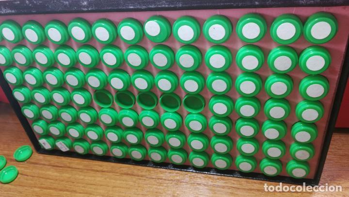 Herramientas de relojes: Antigua caja para clasificar repuestos de reloj o relojería, con gran cantidad de estuches capsulas - Foto 15 - 140593930