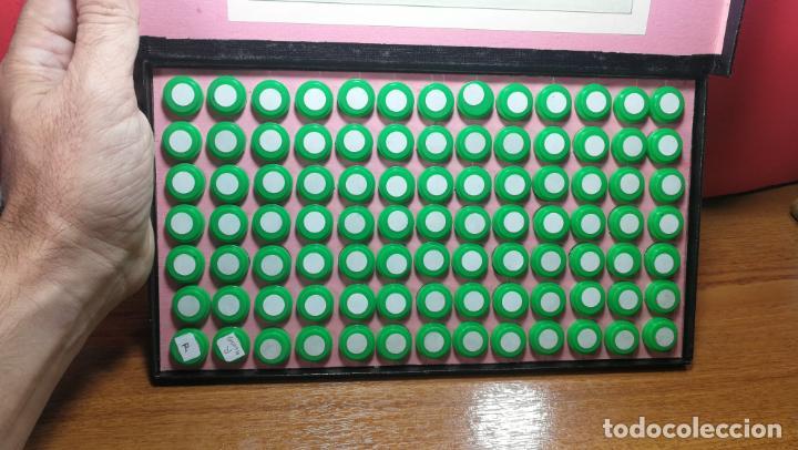 Herramientas de relojes: Antigua caja para clasificar repuestos de reloj o relojería, con gran cantidad de estuches capsulas - Foto 18 - 140593930