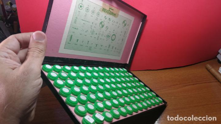 Herramientas de relojes: Antigua caja para clasificar repuestos de reloj o relojería, con gran cantidad de estuches capsulas - Foto 21 - 140593930