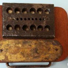 Ferramentas para relógios: CONFORMADOR SOBRE BASE DE MADERA. Lote 148418390