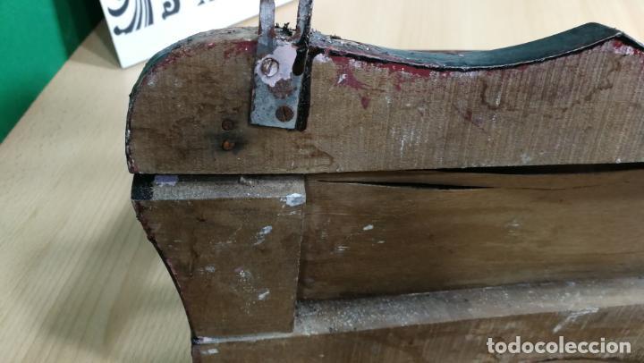 Herramientas de relojes: Percha antigua de madera utilizada en una relojería ya cerrada hace años, PARA RESTAURAR - Foto 32 - 160196238