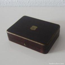 Herramientas de relojes: CAJA RELOJERA CIRCA 1900 PARA RELOJ DE BOLSILLO DE MADERA Y LATON CON ETIQUETA MANUSCRITA. Lote 172081067
