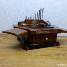Herramientas de relojes: PEQUEÑA MESA PORTATIL DE RELOJERO,,,MADERA DE CAOBILLA,,,. Lote 175740559