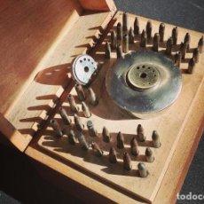 Outils d'horloger: HERRAMIENTA RELOJERO CAJA BOLEY CON 40 PUNZONES DE 4X55 MM. Y 2 ASIENTOS EN BRONCE Y ACERO. Lote 254562735