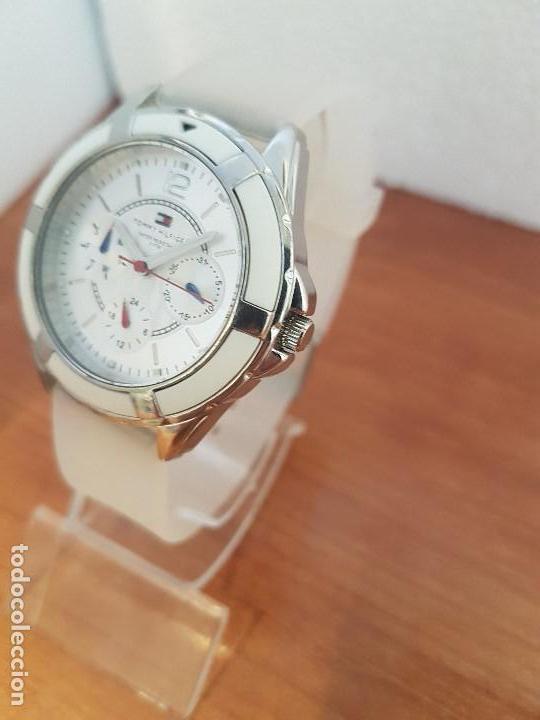 Relojes - Lotus: Reloj unisex de cuarzo TOMMY HILFIGER en acero multifunción con correa de silicona gris claro - Foto 2 - 133291030