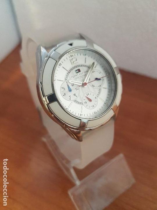 Relojes - Lotus: Reloj unisex de cuarzo TOMMY HILFIGER en acero multifunción con correa de silicona gris claro - Foto 4 - 133291030