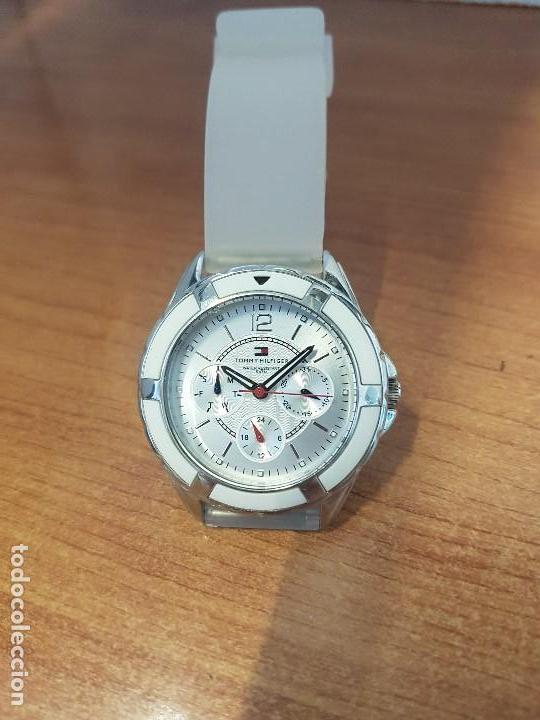 Relojes - Lotus: Reloj unisex de cuarzo TOMMY HILFIGER en acero multifunción con correa de silicona gris claro - Foto 5 - 133291030