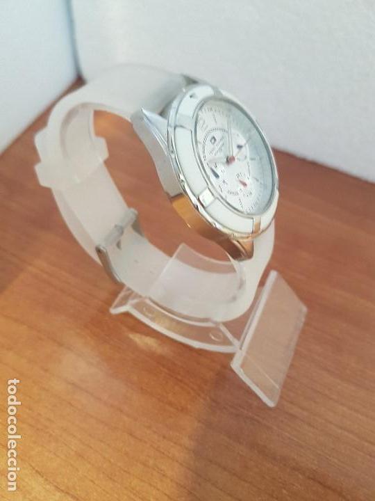 Relojes - Lotus: Reloj unisex de cuarzo TOMMY HILFIGER en acero multifunción con correa de silicona gris claro - Foto 6 - 133291030