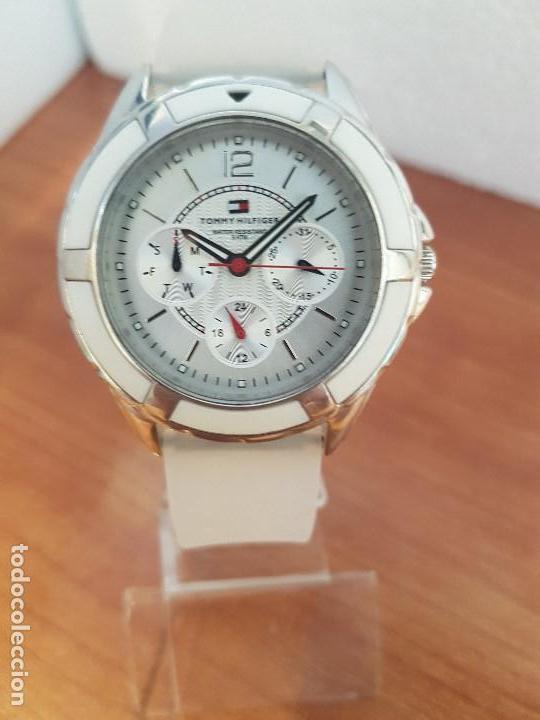 Relojes - Lotus: Reloj unisex de cuarzo TOMMY HILFIGER en acero multifunción con correa de silicona gris claro - Foto 7 - 133291030