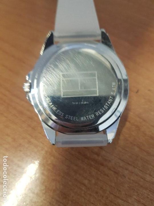 Relojes - Lotus: Reloj unisex de cuarzo TOMMY HILFIGER en acero multifunción con correa de silicona gris claro - Foto 11 - 133291030