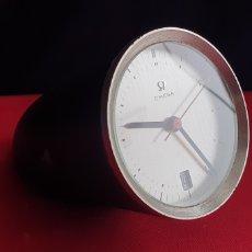 Relojes - Omega: ANTIGUO RELOJ OMEGA CALENDARIO SOBREMESA SWISS 15 EN METAL . VER FOTOS. Lote 242952330