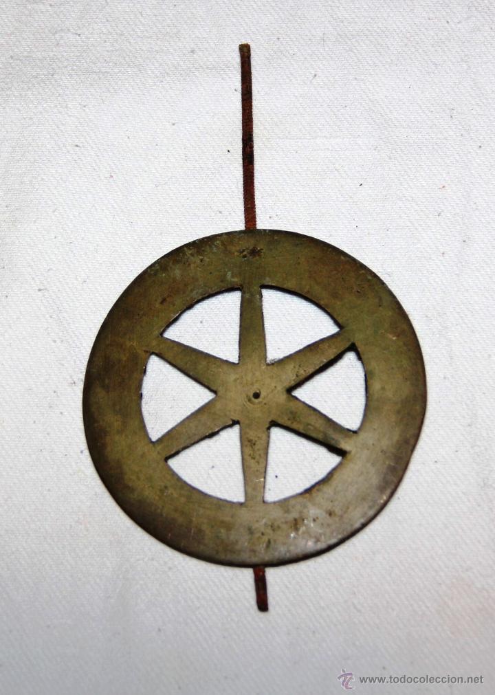 ANTIGUO DISCO DE PENDULO DE BRONCE PARA RELOJ DE PARED SELVA NEGRA , RATERA (Relojes - Recambios)