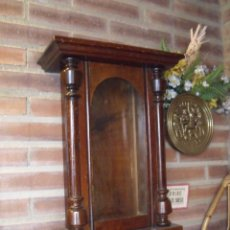 Recambios de relojes: ANTIGUA CAJA DE NOGAL PARA RELOJ ALFONSINO- PARA RESTAURAR O PIEZAS. Lote 165166618