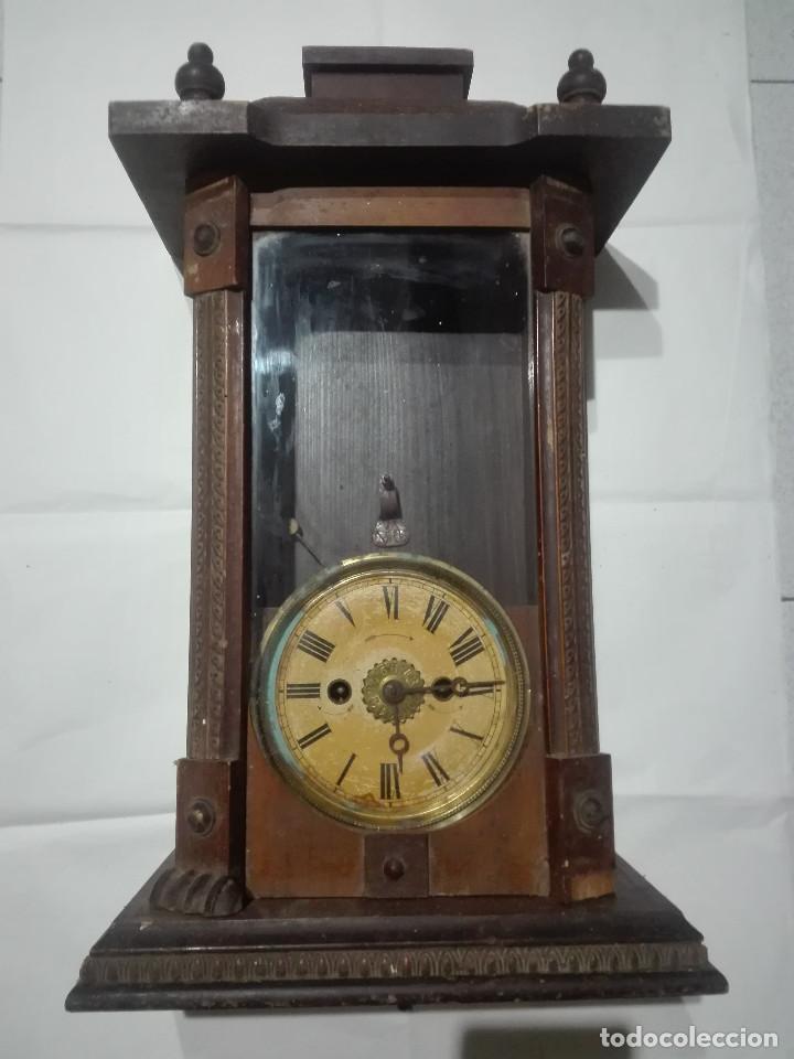 ANTIGUO RELOJ CENTENARIO EN MUEBLE ESTILO CAPILLA MADERA CON CRISTAL 2,2KG (EL RELOJ NO FUNCIONA) (Relojes - Recambios)