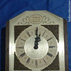 Recambios de relojes: ANTIGUA MAQUINARIA DE RELOJ DE PARED EN CAJA DE MADERA. Lote 281829683