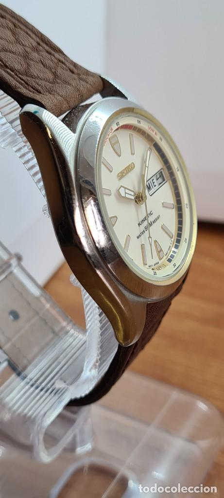 Relojes - Seiko: Reloj (Vintage) SEIKO. Kinetic, automático, esfera blanca, doble calendario tres, correa cuero marró - Foto 11 - 284403608