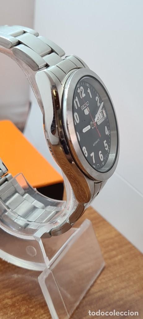 Relojes - Seiko: Reloj (Vintage) SEIKO 5, automático 21 rubis, esfera negra, doble calendario tres, correa de acero - Foto 9 - 284415463